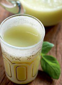 Limonada indiana Tempo de preparo 5 min Rendimento 1 copo de 300 ml Ingredientes 250 ml de água; suco de meio limão; 5 folhas de manjericão; 1 ½ colher (sopa) de abacate maduro; açúcar a gosto; gelo a gosto. Modo de fazer 1 No liquidificador, bata a água, o suco de limão, o manjericão, o abacate e o açúcar por 1 minuto. 2 Coe a mistura, acrescente gelo e sirva.