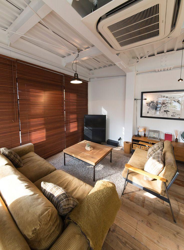 ソファやテーブル、キャビネットはTRUCK FURNITUREのもの。TVモニターはマニアも納得のEIZO製。