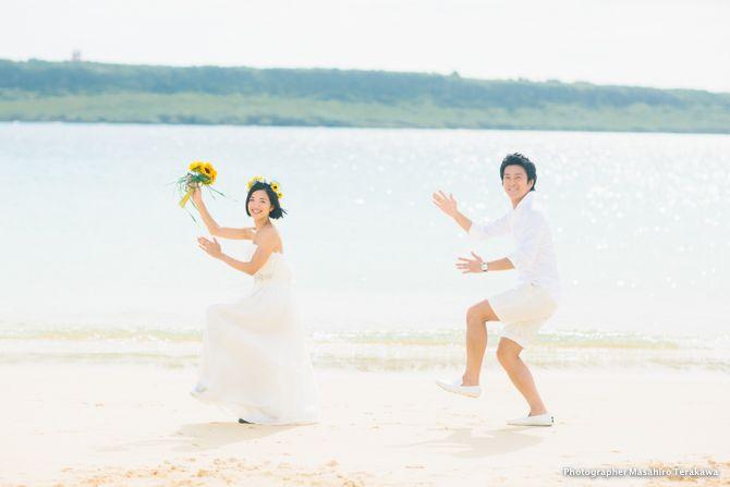 大阪から沖縄、宮古島へ結婚式前撮りの出張写真撮影! カメラマンの寺川です! 今年は沖縄、もう3回目、いやっ、大阪から那覇、石垣、宮古島と沖縄離島をメインにした結婚式の前撮りが今年ご依頼を多くいただいております。 この企画を組んだとき、大阪の関西国際空港から出ているPeachやJET STARなどのLCCの飛行機がとても運賃も安く、新大阪から東京へ行く新幹線の運賃より安い、あるいは同等であることに気がつきました。 沖縄で絵に描いたようなリゾートウェディングも素敵なのですが、僕のところにご依頼をくださる新郎新婦さまは 「スーツケースにネットで買った安いドレスとユニクロで買ったシャツとパンツを詰め込んで沖縄へ飛ぶ」 といった方がほとんど(笑) 確かに!高額なドレスにお金を払うより、2人で休みをとって必要な場所にコストをかけるのも、賢い選択です。 また自分たちで用意した安いドレスは、ロケーション先の海などでも色んな撮影が行えます。 そんな遥々、東京から宮古島へお越しくださったお二人と 大阪で結婚式カメラマンとして日々活動する僕の、出会いを今日はご紹介したいと思います。…