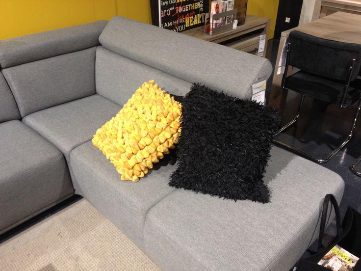 Gele decoratie kussen met bolletjes. Gezien bij Trendhopper