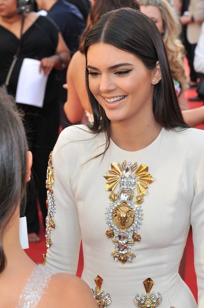 Kendall Jenner balanced a shocking/sexy red carpet gown with a simple cat eye and sleek hair