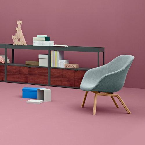 About a Lounge Chair Low fra Hay er en viderutvikling av den populære spisebordstolen About a Chair. Loungestolen har et flott organisk formet sete med høy rygg og armlen for god komfort. Benene fås i naturtre med enten kantede eller runde ben, som begge bærer det store setet på en flott måte. Polstringen fås i enten Hallingdal eller Steelcut Trio fra Kvadrat i en masse farger, som hver for seg gir stolen en individuell karakter. Len deg tilbake og n...