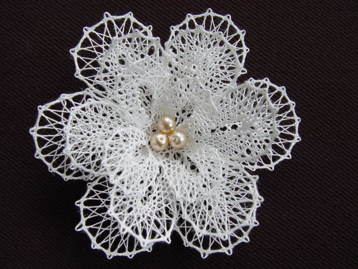Květina bílá - brož