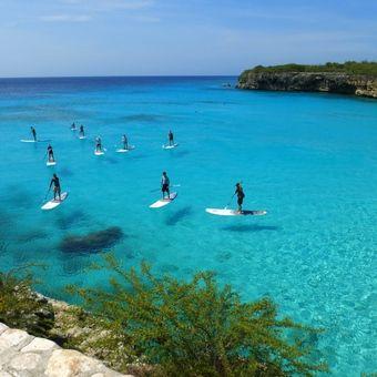 Paddle boardend kunt u genieten van de spaanse water-zijde van Caracas Baai. Het Spaanse water is een binnenwater op Curaçao waar vooral de rijke inwoners van Curaçao zich hebben verzameld. Het is een prachtig binnenwater omringd door groen, grote villa's en mega jachten.