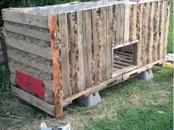 pallet chicken coop - the poop drawer under the roosts is great!