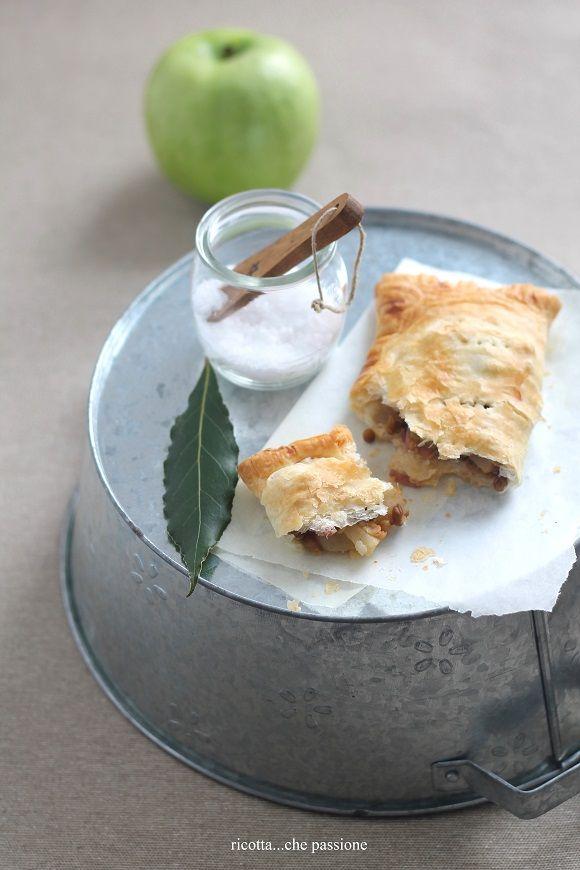 La sfoglia è una base fantastica per preparare ricette dolci e salate. Quando, come me, si hanno: una mela avanzata dalla ricetta...