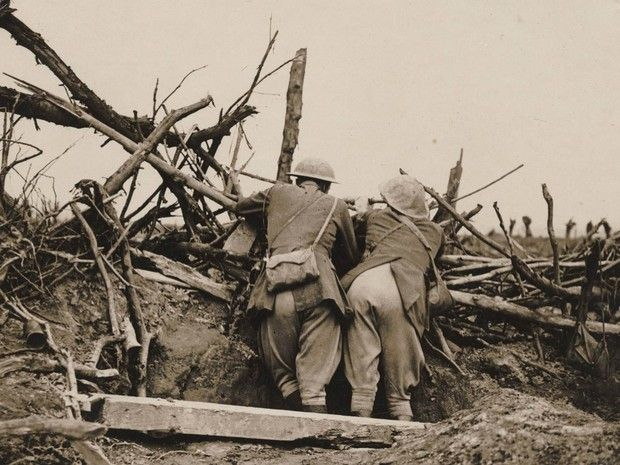 Soldados observam disparos da artilharia durante a Batalha do Somme, em 1916 (Foto: Reuters/Archive of Modern Conflict London)