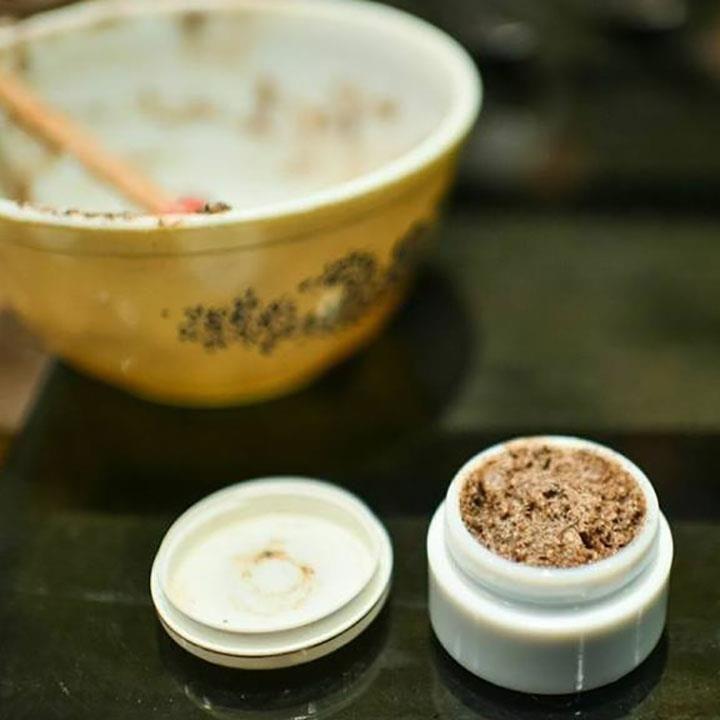 Hjemmelaget skrubb kan du faktisk lage på 2 minutter av kaffegruten som du vanligvis kaster. Skrubben gir silkemyk hud, og krever kun 4 ingredienser!