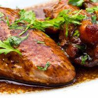 PECHUGAS DE POLLO AL ACETO BALSÁMICO Ingredientes:  4 – ½ pechugas de pollo, sin hueso ¼ taza de vinagre balsámico ½ taza de ajo en polvo 1 cucharadita de perejil. ¼ cucharadita de pimienta negra. Una pizca de sal (opcional) Tiempo de Preparación:  40 minutos  Raciones: 4  Tamaño de la Ración: ½ pechuga