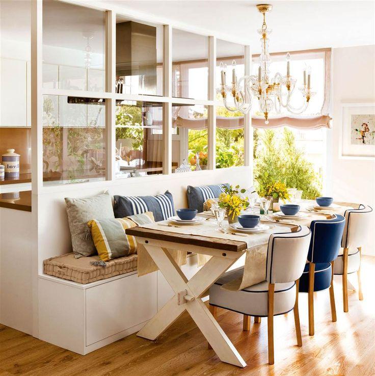 Comedor con mesa de madera, sillas tapizadas y banco con cojines