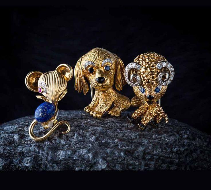 Maus von Van Cleef & Arpels (Paris, 1960er Jahre),Gelb- und Weissgold, Körper aus Lapislazuli, Auge besetzt mit Rubin, 16'300 Franken. Hund von Van Cleef & Arpels (Paris, etwa 1967), Gelb- und Weissgold,Nase aus Onyx, Augen besetzt mit Saphiren, Augenbrauen aus Diamanten,17'800 Franken, undBöcklein vonVan Cleef & Arpels (Paris, 1963), Gelb- und Weissgold, 17'800 Franken.