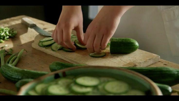 Klassisk agurkesalat er en lækker dansk opskrift fra Badehotellet, se flere grøntsagsretter på mad.tv2.dk