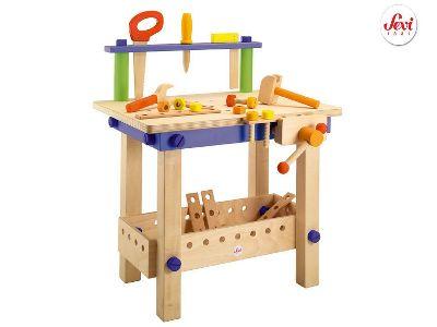 Il solido tavolo da lavoro di Sevi, in legno robusto e coloratissimo, è dotato di morsa e mensola per appendere gli attrezzi. E c'è proprio di tutto: la sega, il  cacciavite, il martello, la chiave inglese, il righello ed anche tante viti, bulloni e listelli per costruire tutto quello che suggerisce la fantasia.