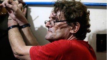 Ανατριχιαστικές εικόνες από το σπίτι παιδόφιλου - ΦΩΤΟ   Γυμνός από την μέση και πάνω και αρκετά ιδρωμένος συνελήφθη μέσα στο σπίτι του στις Φιλιππίνες ο Αμερικάνος David Timothy Deakin κατηγορούμενος για υποθέσεις παιδικής πορνογραφίας... from ΡΟΗ ΕΙΔΗΣΕΩΝ enikos.gr http://ift.tt/2pkNLna ΡΟΗ ΕΙΔΗΣΕΩΝ enikos.gr