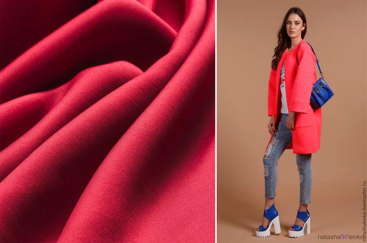Модное и стильное пальто из неопрена. Современная новая ткань.