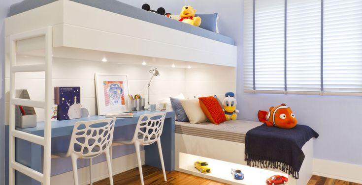 Para dormir, estudar e se divertir, o quarto dos meninos conta com beliche e escrivaninha. Os ursos, as almofadas e os carrinhos criaram um clima divertido no ambiente.