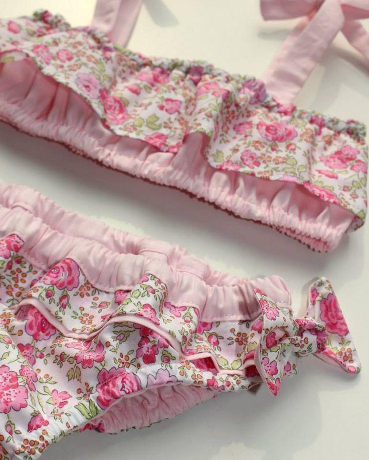 http://www.papaetmaman.fr/maillot-de-bain-liberty-fille-haut-bretelles-culotte-noeud-coton-rose-fleurs.html #maillotdebainliberty #maillotfille #plage #mer #soleil #liberty