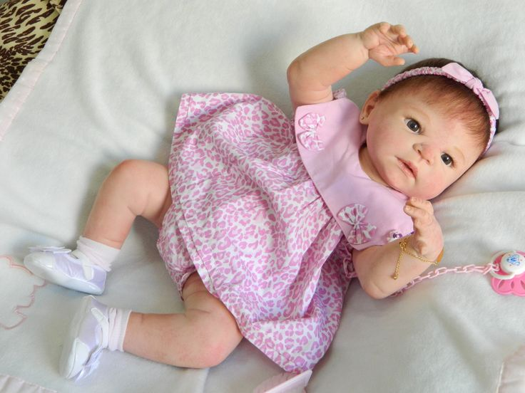Linda Bebê de corpo inteiro, em vinil siliconado macio, do sexo feminino, anatomicamente correta. Vai para casa da nova Mamãe com as roupinhas das fotos, sapatinho e meias, acessórios de cabelo, escova e pente para bebê, chupeta magnética com prendedor, instruções de cuidados e certificado de autenticidade !!! <br>Visite meus anúncios e veja outros bebês feitos por mim. <br>O envio é feito via SEDEX ou PAC, após a confirmação do pagamento. <br>Qualquer dúvida, comuniquem-se antes de clicar…