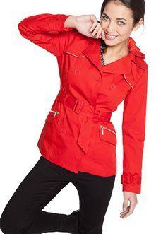 Indémodable et féminin à souhait, ce trench est pourvu d'une capuche amovible qui permet de le moduler en fonction de la météo. Vraiment astucieux ! Manteau trench coupe courte cintrée, capuche amovible, manches longues avec pattes aux poignets, fermeture double boutonnage, poches à revers zippées, ceinture, intérieur doublé rayé, détails piping.<br/>