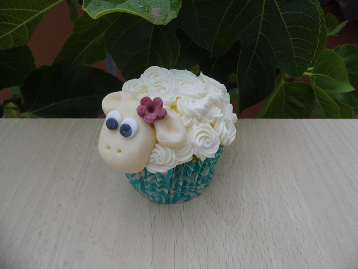 Cupcake con Buttercream de Frambuesa. La cabeza está hecha con fondant.    www.monicacupcakes.blogspot.com