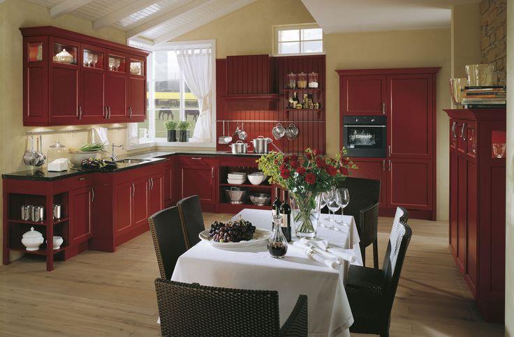 Landelijke keuken in warme rode kleur | Landelijke keuken | Sfeervol warme keuken | Ga voor meer keukeninspiratie naar www.keukenstudiostoof.nl