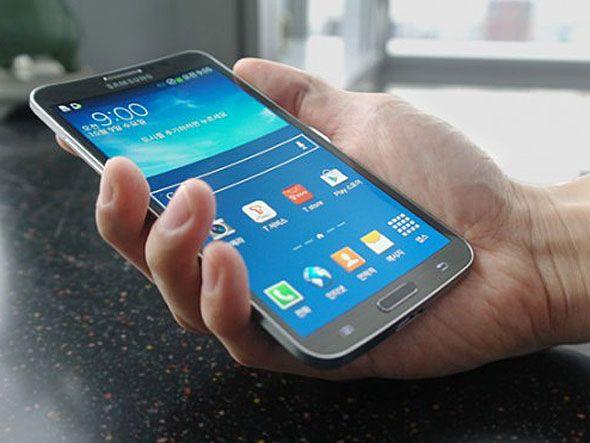 Samsung lança smartphone Galaxy com tela curva e flexível