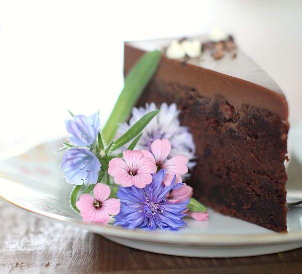 Tuhti suklaakakku suklaan ystäville. Kakussa on mehevä suklaapohja, välissä viskillä maustettua tummasuklaatryffeliä ja päällä valkos...