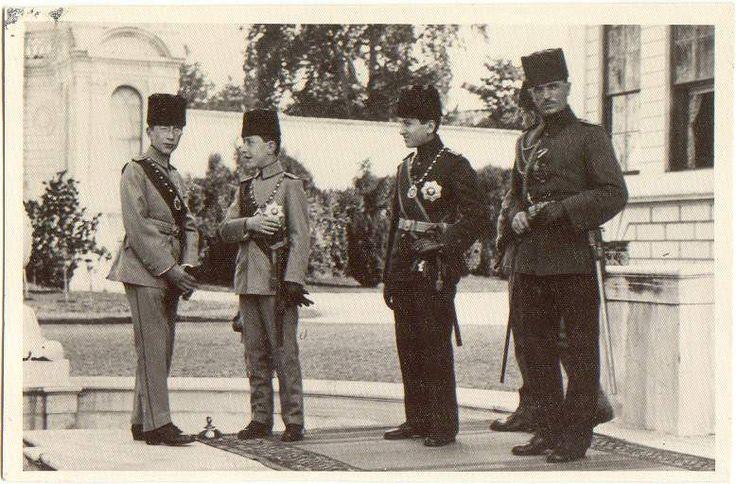 Şehzade Abdulkerim Efendi Sultan İkinci Abdülhamid'in torunuydu. İkinci Dünya Savaşı sırasında Çin'in istilá eden Japonlar'dan Türkistan tahtına oturma ve Türkistan İmparatoru olma teklifi aldı.