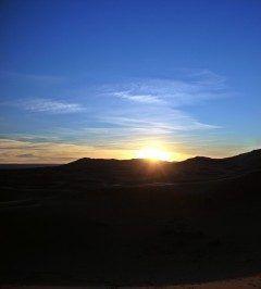 モロッコのサハラ砂漠での朝日これにて終了(笑)  いつまでも砂漠の中で感傷に浸るほど時間は無いっ退却せねばではなく  兎に角このスペクタクルショーは素晴らしすぎるねツアーで20万円位で行けるから時間を見つけて行ってみてね  #モロッコ #サハラ砂漠 #砂漠の朝日 #朝日鑑賞 #ツアー #海外旅行 tags[海外]