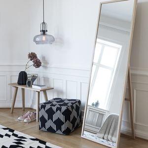 Miroir sur pied en bois de chêne naturel signé Hübsch.Dans un joli bois blond, lisse et clair ce miroir au format de psyché donnera un côté à la fois naturel et scandinave à votre intérieur.