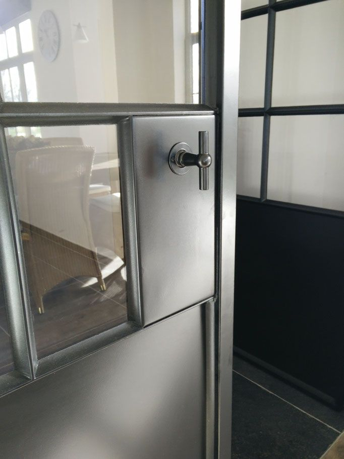 Binnendeuren en binnenramen in staal - AMV metaal en glas- deuren en ramen , poolhouses en totaalprojecten