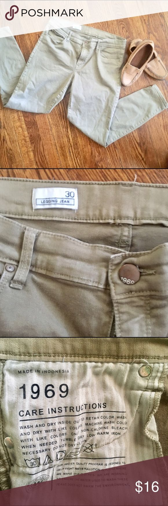 GAP 1969 legging jean jegging khaki skinny pant 30 These khaki skinnies are classic Gap. Color is tan khaki. Excellent pre-loved condition. GAP Jeans Skinny
