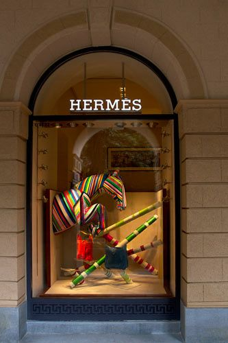 Hermes kirakat, látványos, color blocking
