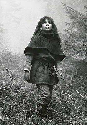 Ronja, strik ponchio, creppet hår, lædertøj, reb som bælte.....