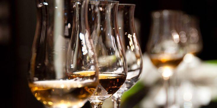 Многие любят выпить бокал вина за обедом или после ужина. Но немногие разбираются в винах. О чём может рассказать цвет вина, как хранить и из чего пить те или иные виды этого благородного напитка? С чем подавать шампанское, а с чем портвейн? Как правильно читать винные этикетки? Ответы на эти и другие вопросы в нашем кратком графическом путеводителе по миру вин.