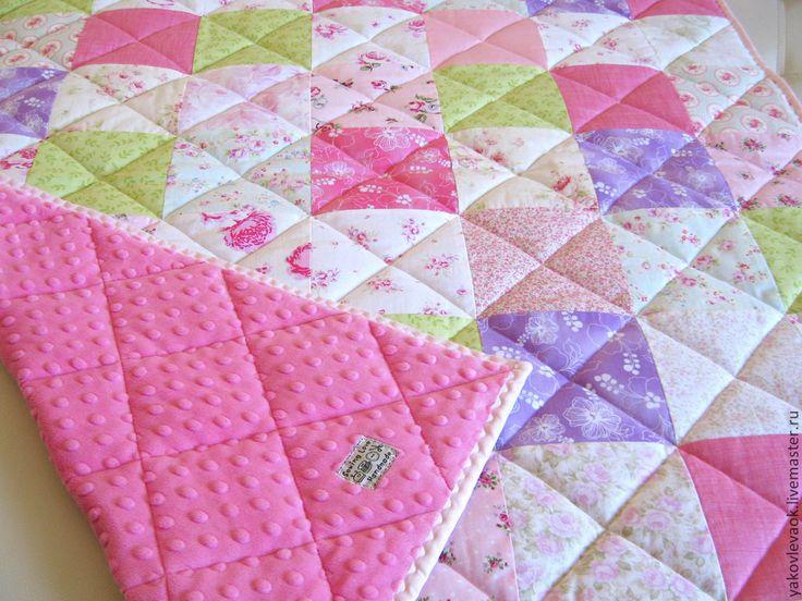 Купить или заказать Лоскутное одеяло-плед 'Весенняя свежесть' в интернет-магазине на Ярмарке Мастеров. Нежное и яркое одеяло для детской кроватки. Ткани нежных, весенних расцветок с розочками в стиле шебби-шик. На оборотной стороне одеяла очень мягкая и нежная плюшевая ткань с 'пупырышками'. Очень приятная на ощупь. Ярко-розового цвета. В качестве утеплителя - тонкий слой синтепона. Одеяло не толстое, оно очень мягкое, пластичное, идеально подойдет для весенне-летнего периода и осени…