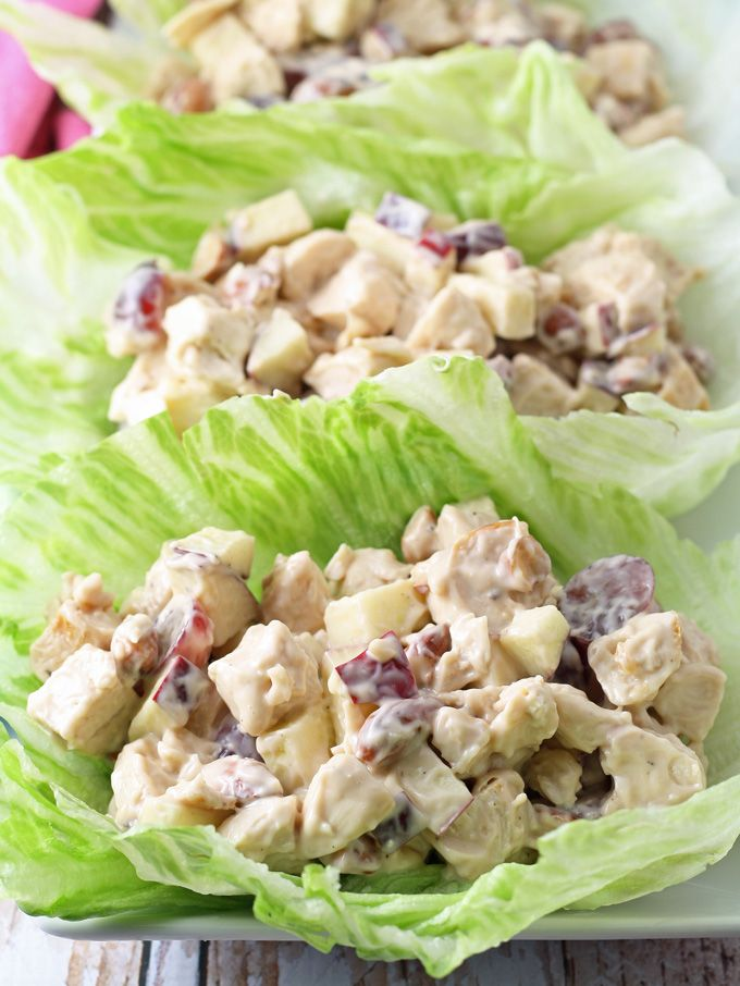 Deze salade van gegrilde kip sla wraps zijn een gezonde aanvulling op uw lunch.  Noten, druiven, appels en kip zijn verbonden door een honing balsamico vinaigrette.     honeyandbirch.com