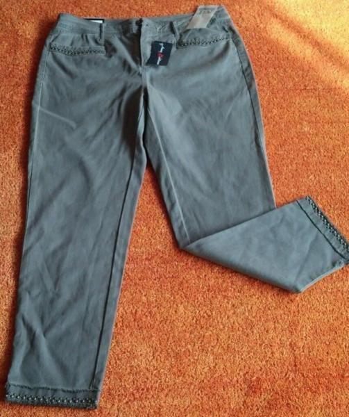 NEU Damen Hose Designer Jeans Stretch Gr.40/L/27 ANNA MONTANA P.69,95€Sehr Trendy. Es kann auch als 7/8 Hose sein, natürlich je nach Grösse. Hochwertig mit verschiedene Nieten bearbeitet. Sehr angenehm zu tragen. Leicht Verwaschener Optik. Unten mit 4 cm Schlitz, Fransen. Super kombinierbar. Richtiger Hingucker.Die Farbe Olivgrau?Siehe Bilder.64% Baumwolle 33% Lyocell 3% ElastanBund Weite ca. 43 cmLänge ca. 95 cmFuß Weite unten gemessen ca. 17 cm304A