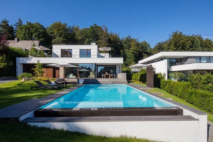 Finde moderner Pool Designs in Weiß: Betonpool mit automatisierter Schwimmbadtechnik. Entdecke die schönsten Bilder zur Inspiration für die Gestaltung deines Traumhauses.
