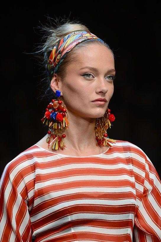 Les boucles d'oreilles fantaisie de Dolce & Gabbana http://www.vogue.fr/joaillerie/tendance-des-podiums/diaporama/les-tendances-bijoux-de-la-fashion-week-printemps-ete-2013/10154/image/635185