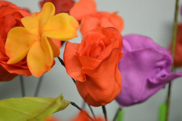 Assorted sugar flowers made by Maggie from Florabunda & Cake
