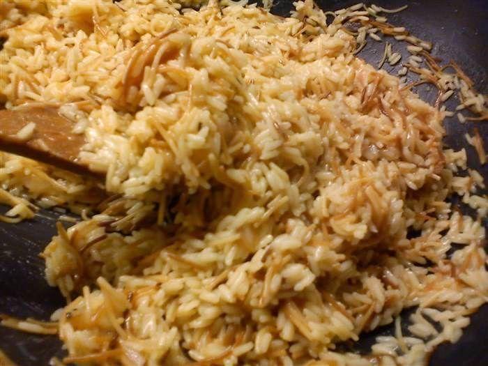 Κοινοποιήστε στο Facebook Είναι το αγαπημένο σπυρωτό πιλάφι που μαγειρεύω για την οικογένεια μου και τους φίλους μου. Υλικά 1/4 φλυτζάνι τσαγιού Σπορέλαιο 1/2 φλυτζάνι τσαγιού Ελαιόλαδο 2 φλυτζάνι τσαγιού Ρύζι κίτρινο 5 φλυτζάνι τσαγιού Νερό 2 Κύβους κότας 5...