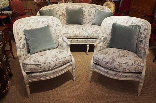 Ensemble de salon d'époque Louis XVI, composé d'un canapé corbeille et d'une large paire de bergères de forme gondole en bois relaqué et rechampis de deux tons. Ces sièges du XVIIIème siècles ont