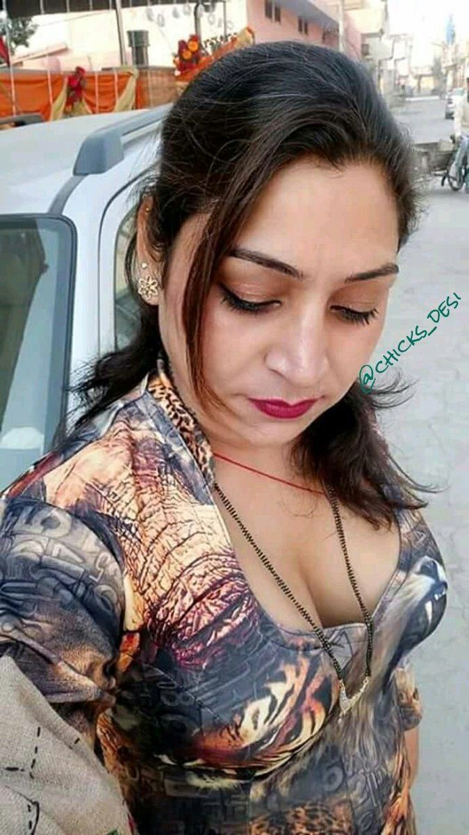 Sexy bhabhi wid glimpse of cleavage to drool upon ...