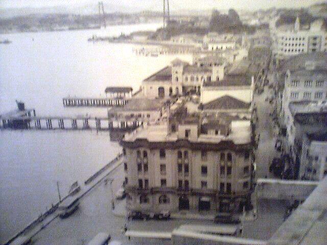 O centro de Florianópolis, até 1972, possuía uma relação muito mais íntima com o mar. A ilha acabava na altura onde é o Mercado Público e a Alfândega. Toda a movimentação daquela região era em função do mar; o peixe era pescado em frente ao mercado. Ao lado, mais em frente à Praça XV de Novembro existia o trapiche municipal que, em 1910, servia ao transporte ilha-continente e vice-versa. Ali também estava um dos símbolos gerador de fluxo, o Miramar.  (We Like Floripa)