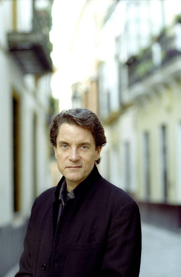 Francis Cabrel, né le 23 novembre 1953 à Agen, est un auteur-compositeur-interprète français.