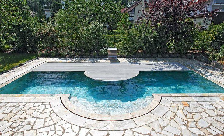 Natürlich schön durch Naturstein – im und um das Becken. Die Treppe ist raffiniert arrangiert, bietet einen großzügigen Einstieg, ohne dabei den Platz des Schwimmbereiches zu begrenzen. Lobenswert ist darüber hinaus die geschickt integrierte Schwimmbadabdeckung.