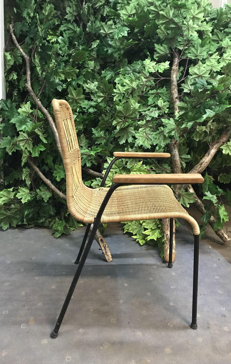 Ciekawy fotel z rattanu, podstawa metalowa. Fotel pochodzi z lat 70, Niemcy. Fotel w stanie bardzo dobrym ponodświeżeniu.