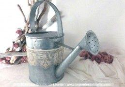 Arrosoir rond en zinc avec pommeau et sa belle bande de dentelle ancienne .