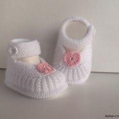 Chaussons, chaussures,  babies de  bébé tricotés en laine blanche, petit coeur rose 100% coton crocheté, 0/3 mois..